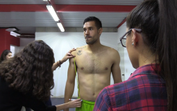 Practicantes de nutrición realizan medición antropométrica a los jugadores de equipo